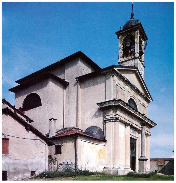 La facciata e il campanile della chiesa di Villadosia negli anni '90