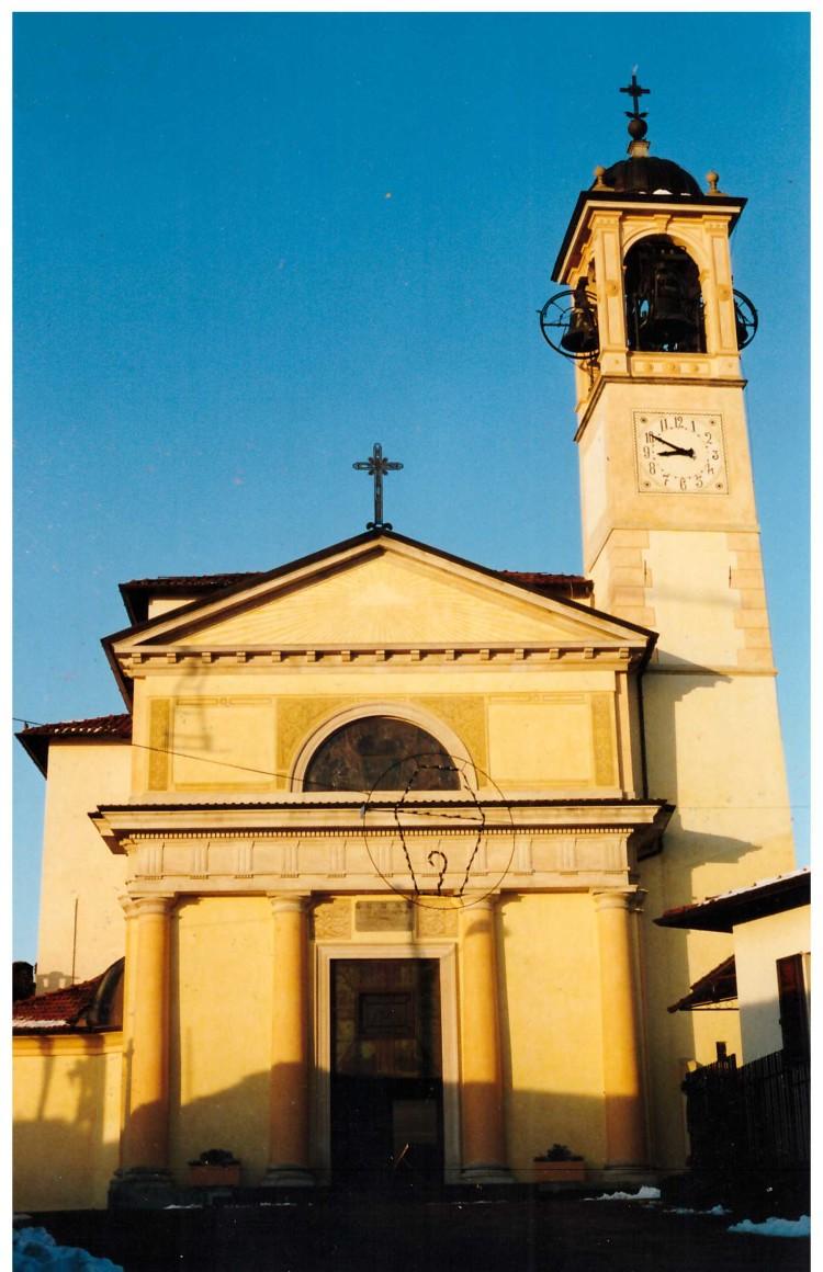 La facciata e il campanile della chiesa di Villadosia a seguito del restauro (fine 2000)
