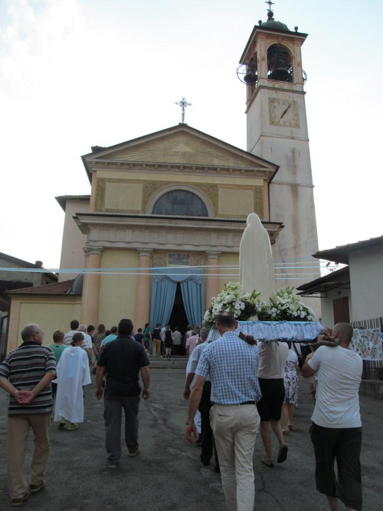 La processione all'arrivo in chiesa