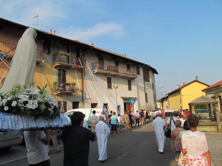 Il passaggio della processione in piazza