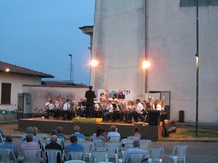 Il Corpo Musicale Villadosia durante il concerto serale